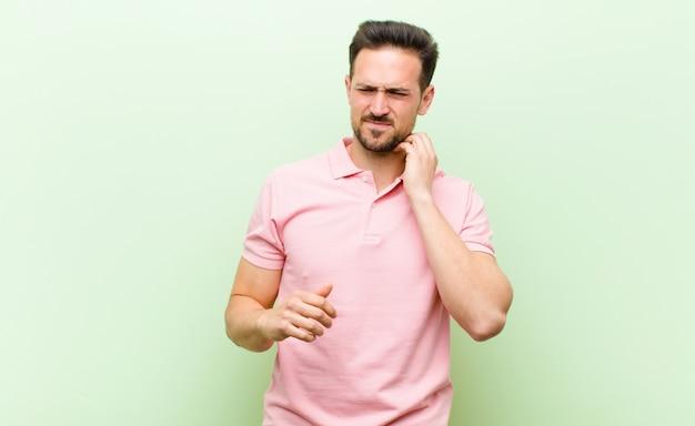 Se sentir stressé, frustré et fatigué, se frotter le cou douloureux, avec un regard inquiet et troublé