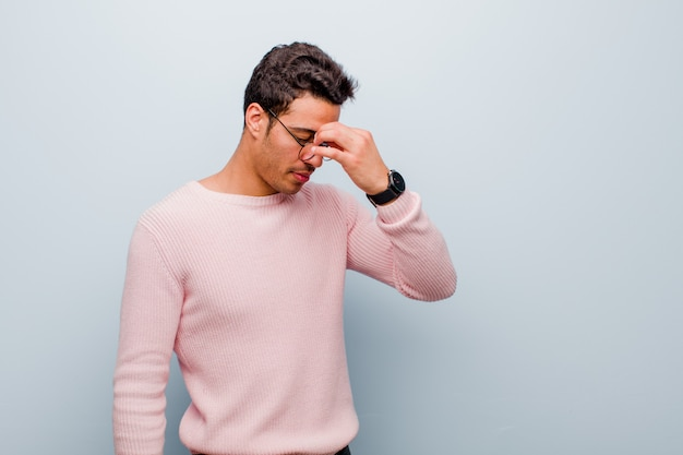 Se sentir stressé, malheureux et frustré, toucher le front et souffrir de migraine de maux de tête sévères
