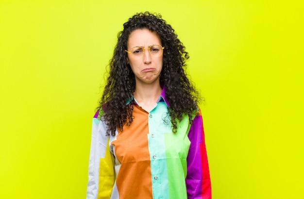 Se sentir triste et pleurnicher avec un regard malheureux, pleurer avec une attitude négative et frustrée