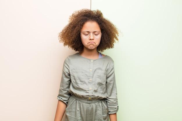 Se sentir triste et stressé, bouleversé à cause d'une mauvaise surprise, avec un regard négatif et anxieux