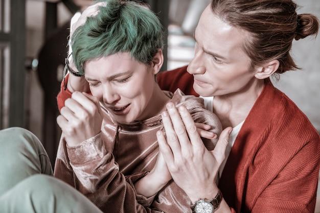 Se sentir trop émotif. petite amie aux cheveux verts se sentant trop émotive après un gros conflit avec sa bien-aimée