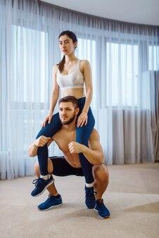 Séance d'entraînement aérobie du beau couple d'amour à la maison
