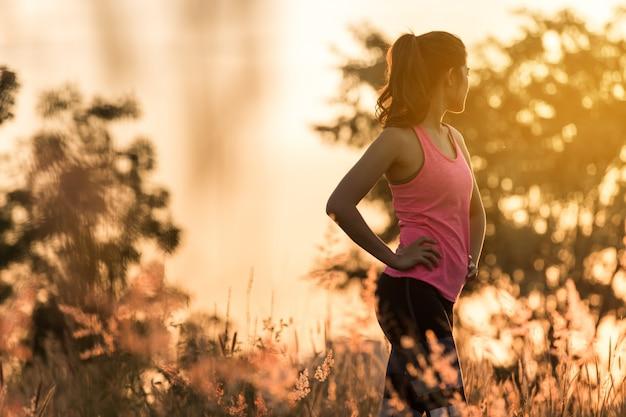 Séance d'entraînement de jeune femme dans le parc