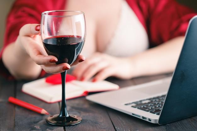 Séance femme, chez soi, table, avoir, a, verre vin rouge