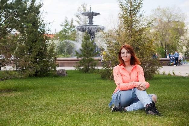 Séance femme, dans, a, parc ville, jour été