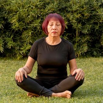 Séance femme, dans, position yoga, et, méditer