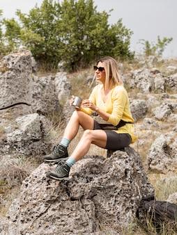 Séance femme, sur, rochers