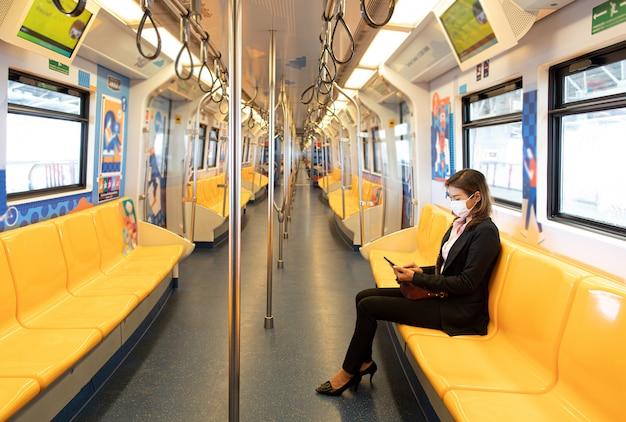Séance femme, seul, dans train
