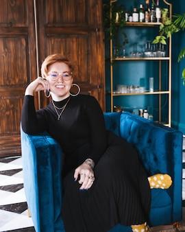 Séance femme, sur, sofa, chaise