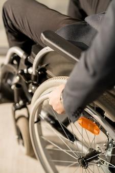 Séance homme, dans, fauteuil roulant