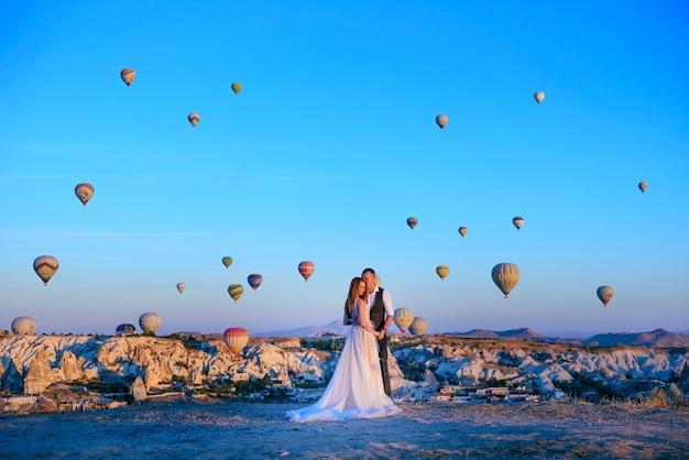 Séance de mariage couple en cappadoce turquie avec des montgolfières