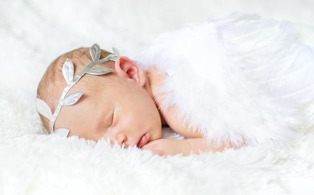 Séance photo ange nouveau-né dans un costume. mise au point sélective. gens.