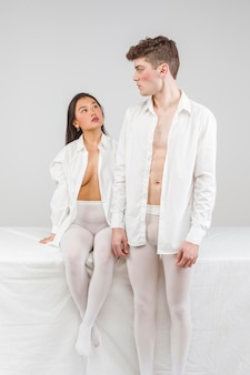 Séance photo boudoir avec des modèles en blanc