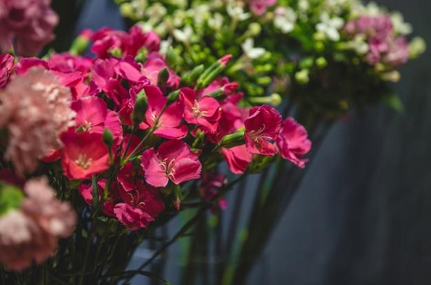 Séance photo en boutique de fleurs de fleurs colorées dans des vases
