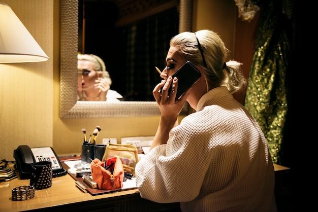 Séance photo contemporaine d'une femme transgenre