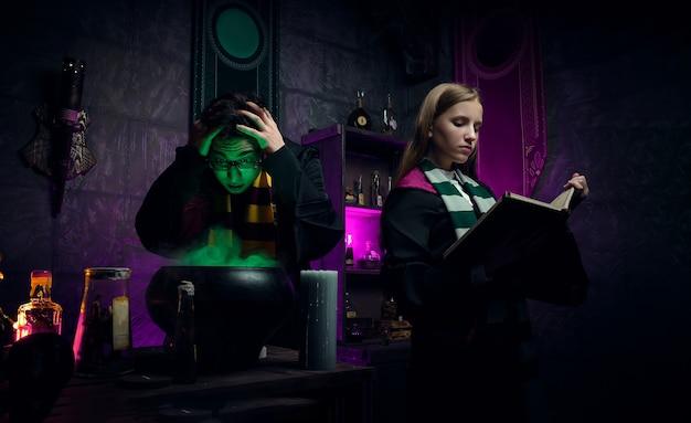 Séance photo dans la chambre de la sorcière. la sorcellerie