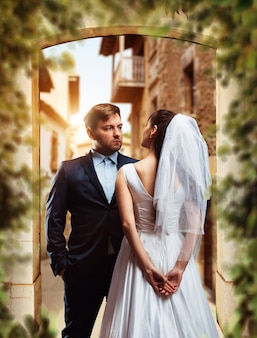 Séance photo de mariage de beaux jeunes mariés