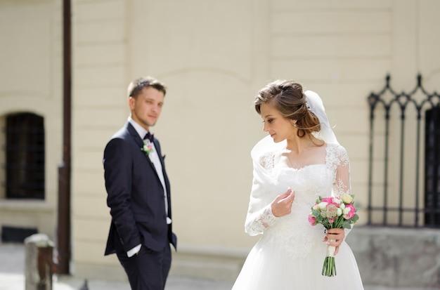 Séance photo de mariage d'un jeune beau couple dans la vieille ville.