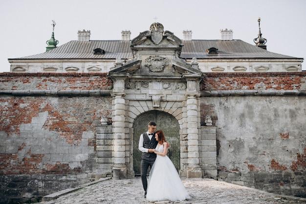 Séance photo de mariage pour jeune couple à l'extérieur
