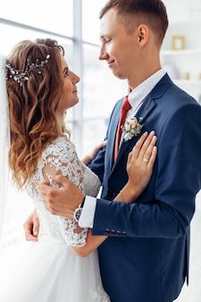 Séance photo de mariage en studio la mariée et le marié