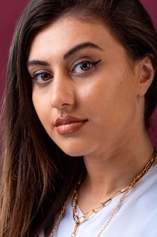 Séance photo de modèle féminin en maquillage d'été.