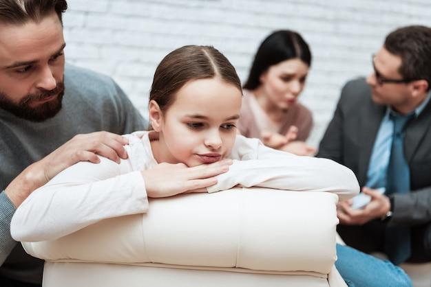 Séance de thérapie psychologique familiale pour fille ennuyée