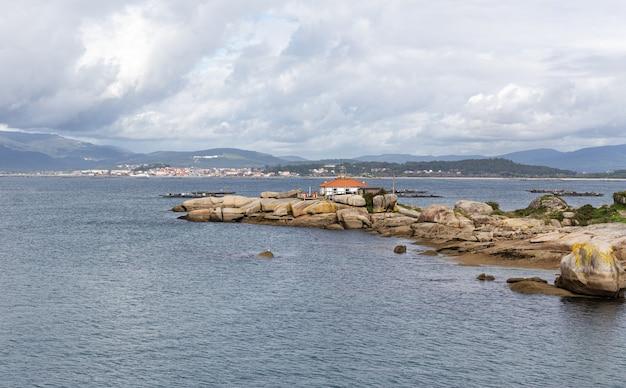 Seascape punta cabalo phare, illa de arousa, rias baixas, galice, espagne