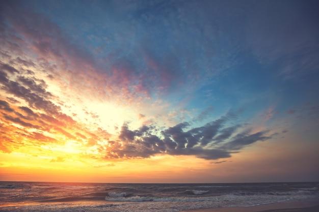 Seascape tôt le matin. lever du soleil sur la mer avec ciel orange et bleu dramatique