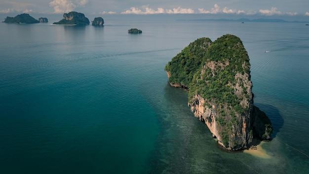 Seascape et vue sur la montagne à railay bay dans la saison des pluies province de krabi thaïlande
