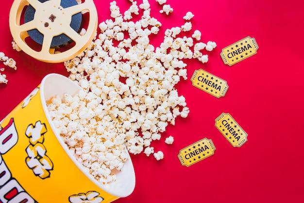 Seau composé de pop-corn et filmstrip