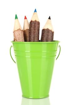 Seau de couleur avec des crayons multicolores, isolé sur blanc