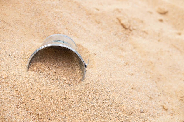Seau dans le tas de sable