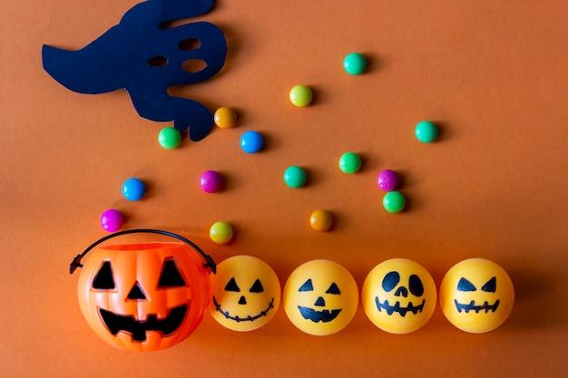 Seau d'halloween à la citrouille avec des bonbons