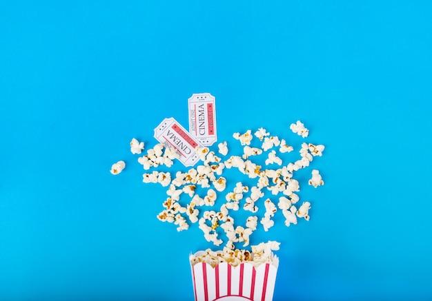 Seau de maïs soufflé avec deux billets de cinéma
