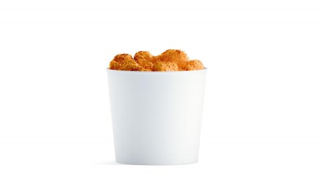 Seau de nourriture blanc blanc avec des ailes de poulet isolé