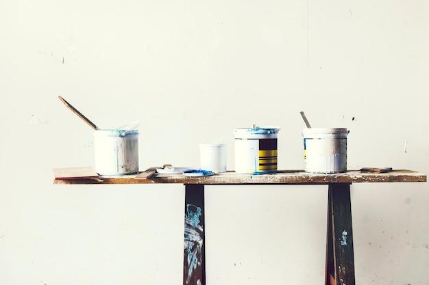 Seau de peinture sur la table