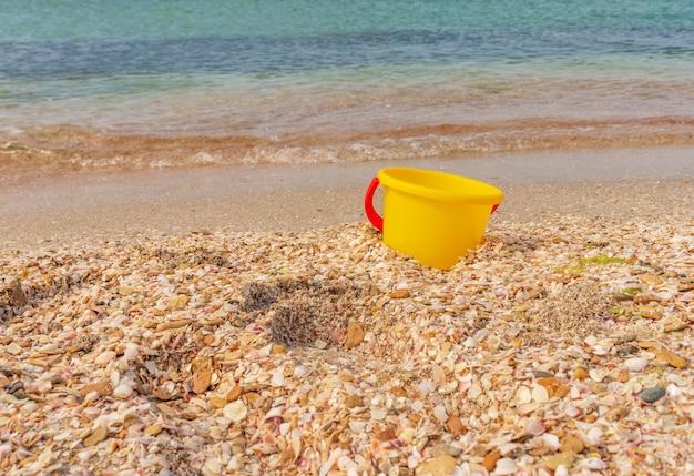 Seau de plage pour enfant sur le littoral.