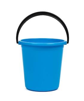 Seau en plastique bleu pour le nettoyage isolé sur blanc