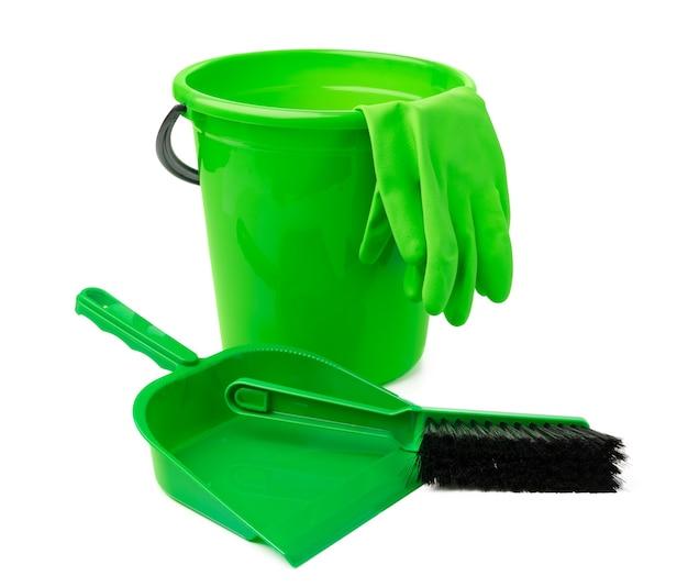 Seau en plastique vert et une pelle isolé sur fond blanc