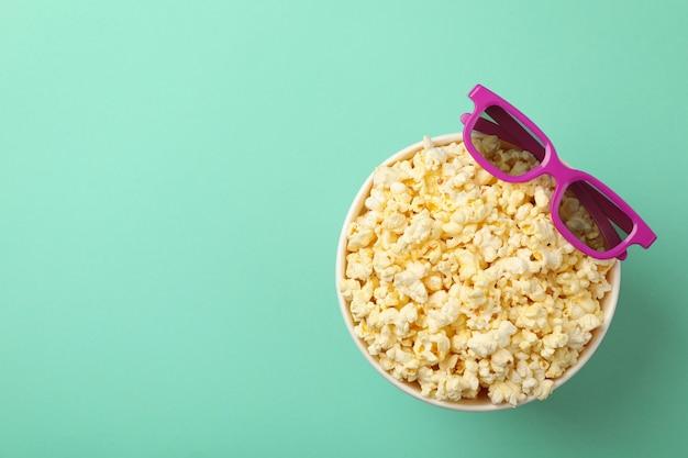 Seau avec pop-corn et lunettes 3d sur espace menthe