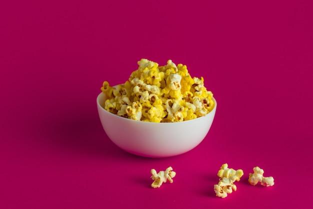 Seau de pop-corn pour regarder un film de cinéma, sur fond de couleur