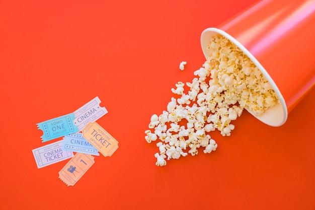 Seau de popcorn et billets de cinéma