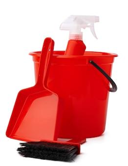 Seau rouge avec produits de nettoyage isolé sur fond blanc
