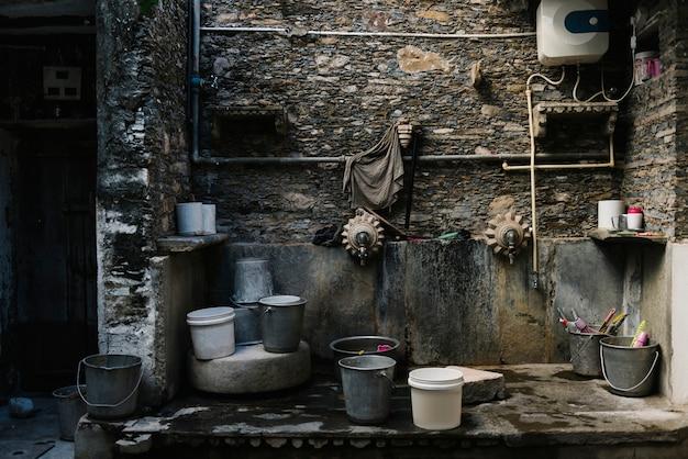 Seaux dans une aire de lavage