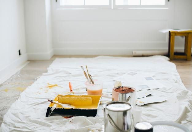 Des seaux de peinture au sol