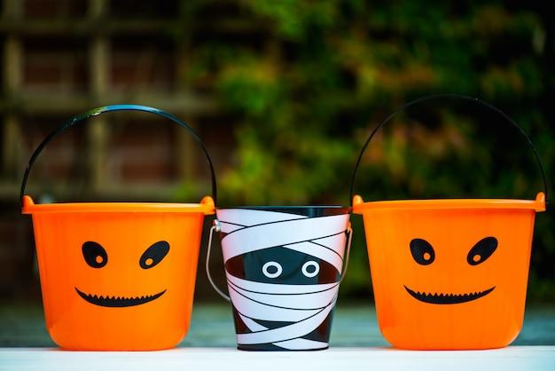 Des seaux vides d'halloween sont prêts pour les friandises