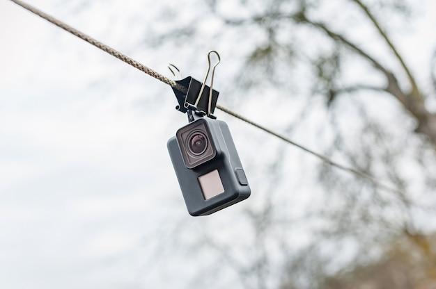 Séchage de la caméra d'action étanche sur le clip, dans le ciel.