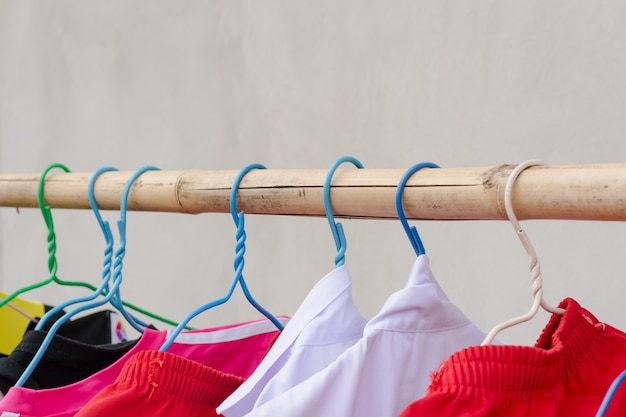 Séchage du linge à l'aide d'une corde à linge en bambou