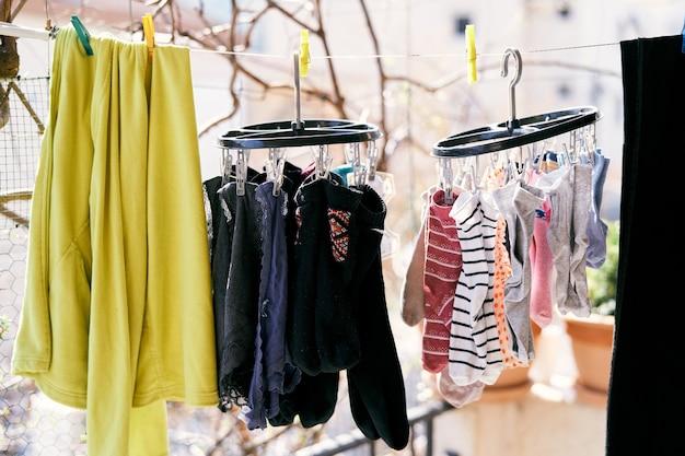 Séchage des vêtements sur un gros plan de chaussettes et de caleçons de veste de corde