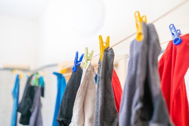 Séchage des vêtements suspendus dans le linge, suspendus après le lavage